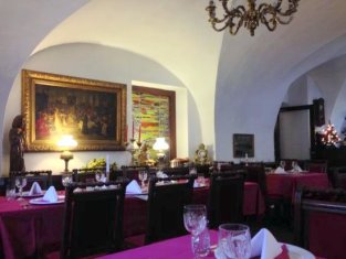 u-cerveneho-kola dining room